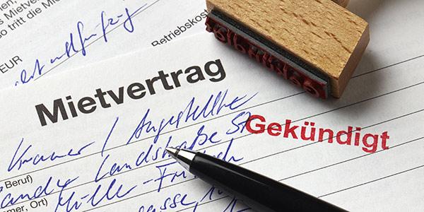Gekündigter Mietvertrag mit Stempel   Fachanwalt für Wohneigentumsrecht in Berlin-Wilmersdorf, Kanzlei Uwe Heichel